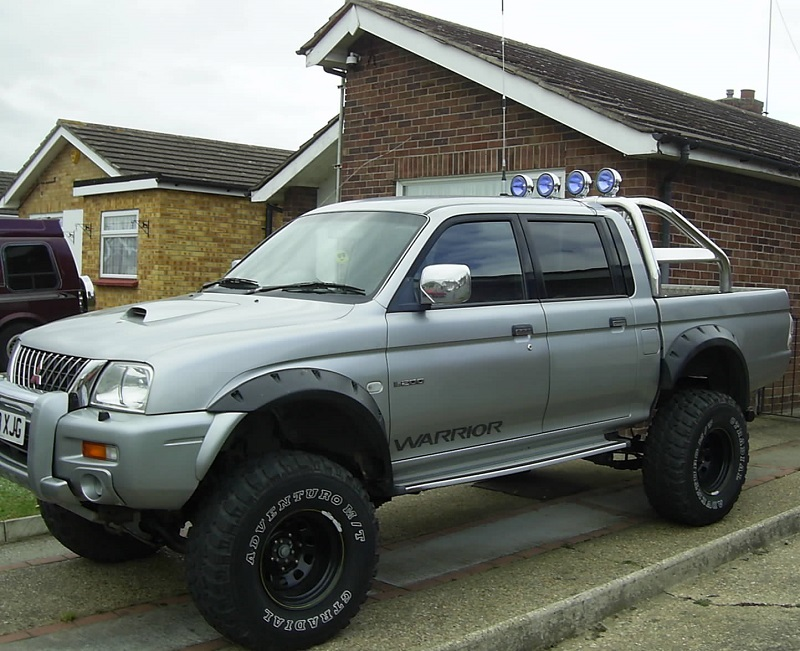 L200 fitted angel spot lights to the roll bar